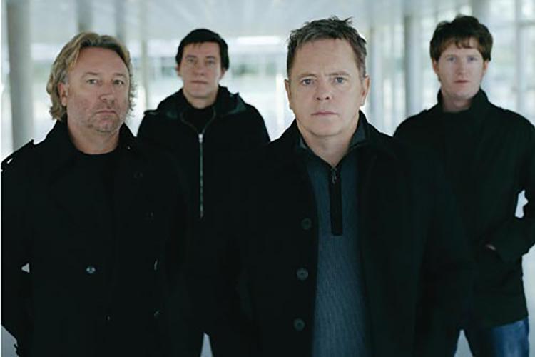 """New Order comparten imágenes inéditas tocando """"Temptation"""" en 1984"""