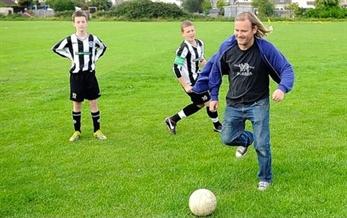 Portishead juegan al fútbol por los huérfanos