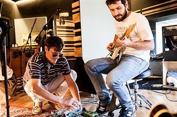 Triángulo de Amor Bizarro presentan nuevo single