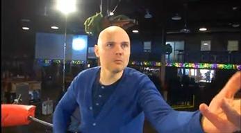 Billy Corgan hace un anuncio de muebles para promocionar su empresa de lucha libre