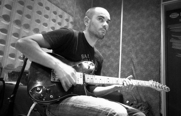 Josu grabando guitarras.