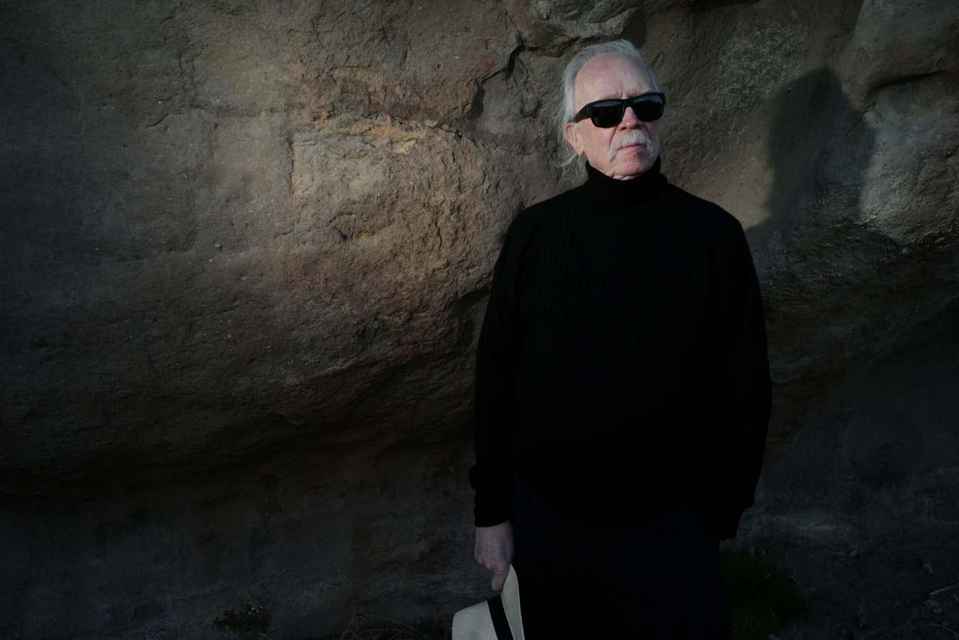 "John Carpenter interpreta con banda ""Distant Dream"""