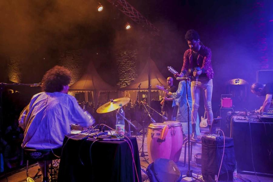 Le groupe Fumaça Preta sur scène au château comtal à la Cité de Carcassonne, lors du festival Convenanza, le 01 octobre 2016.