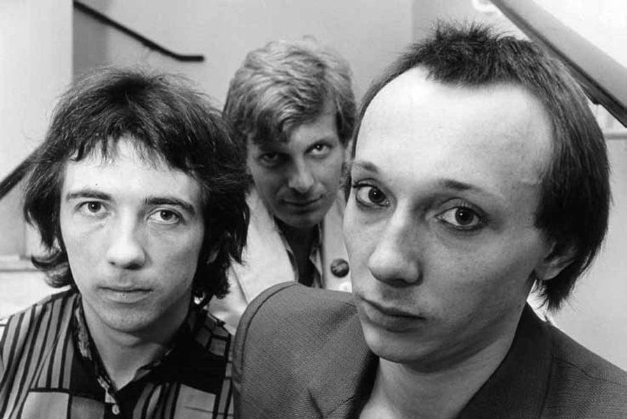 buzzcocks con Howard Devoto y Tony Wilson detrás