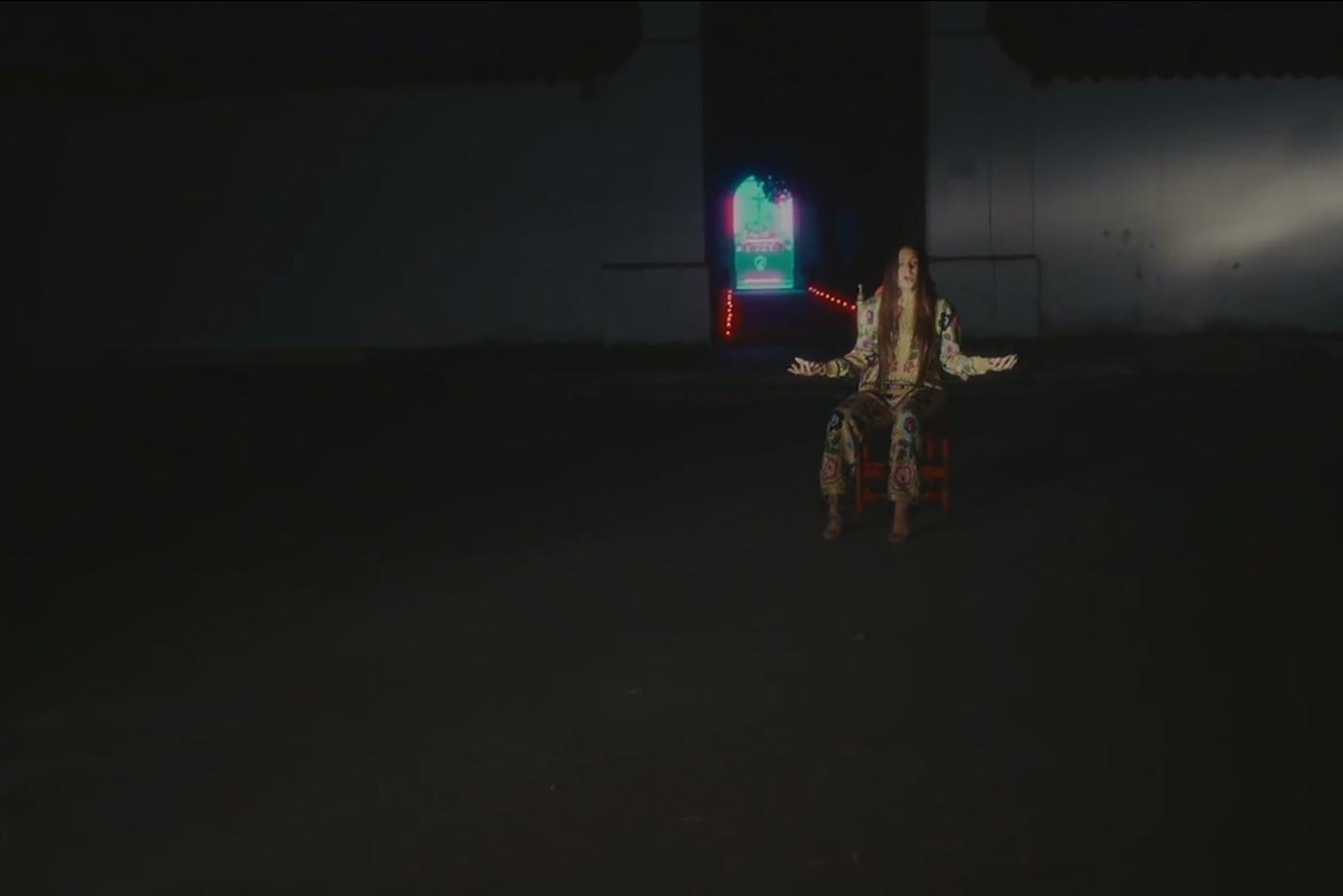 """Rosalía estrena vídeo para """"Aunque Es De Noche"""""""