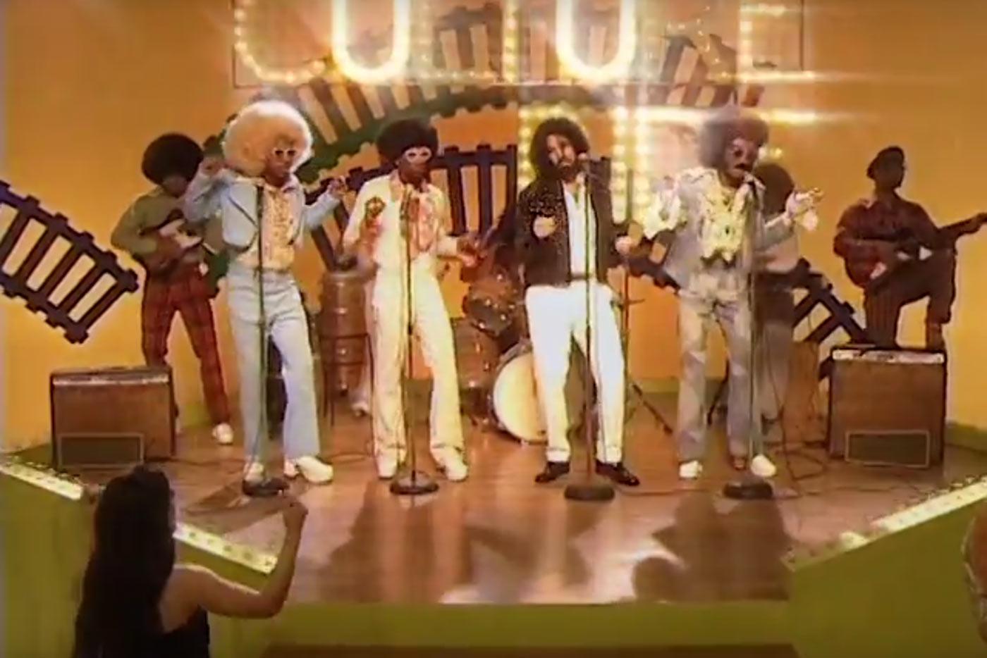 """Migos, Drake y Jamie Foxx recrean el Soul Train de los 70 en """"Walk It Talk It"""""""