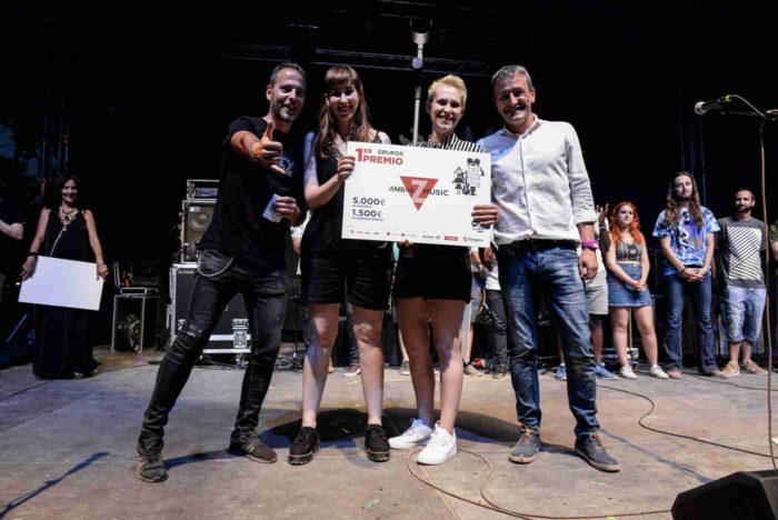 Lady Banana recibiendo el premio por haber ganado el Ambar Z Music 2017