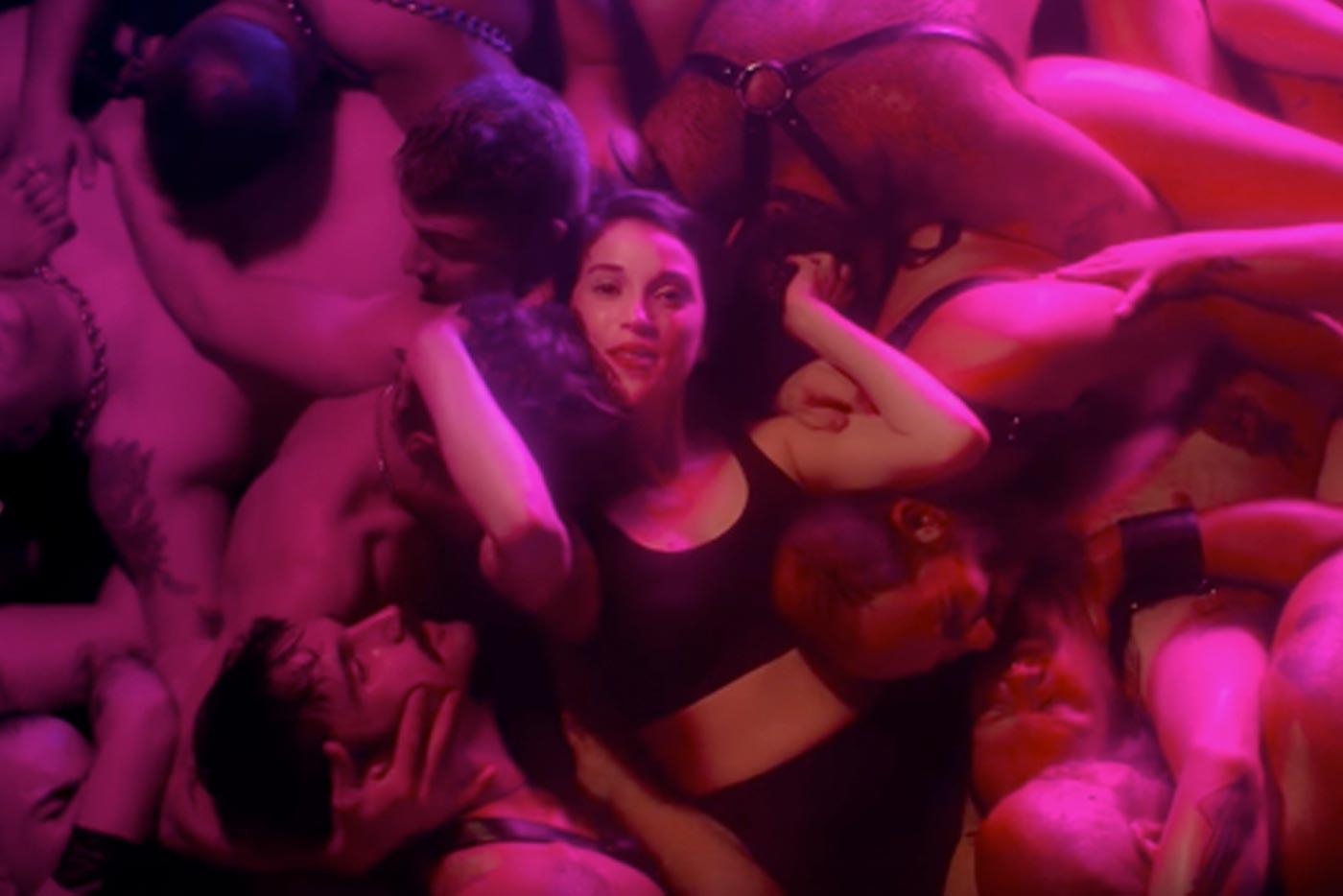 """St Vincent estrena un videoclip gay y sudoroso para """"Fast Slow Disco"""""""