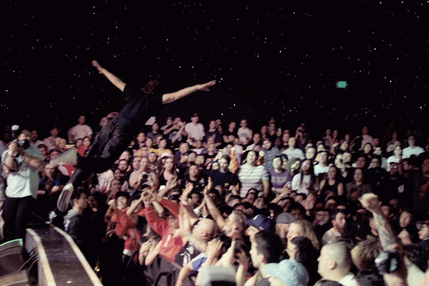 Turnstile lanzan un videoclip/oda al stage diving