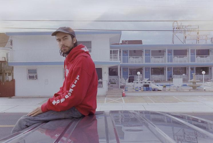 """(Sandy) Alex G estrena videoclip con una nueva versión de """"Bad Man"""""""