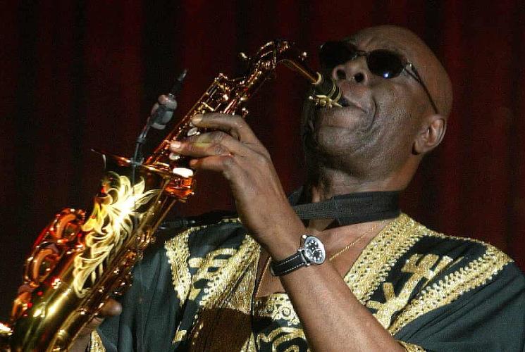 Muere Manu Dibango, estrella del jazz-funk, por coronavirus