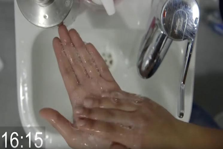 """Foals te enseñan a lavarte las manos con el vídeo de """"Wash Off"""""""