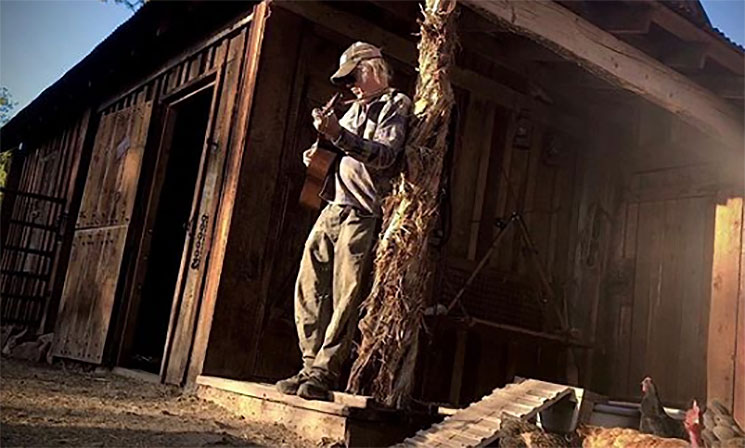 Neil Young actúa para sus gallinas y su alpaca Lazlo