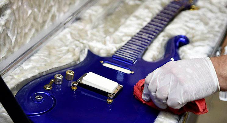 Y 563.000 dólares por la guitarra Blue Angel Cloud 2 de Prince