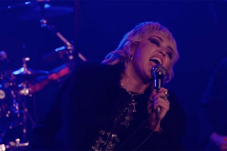 """Miley Cyrus y Stevie Nicks juntas en el remix de """"Midnight Sky"""""""
