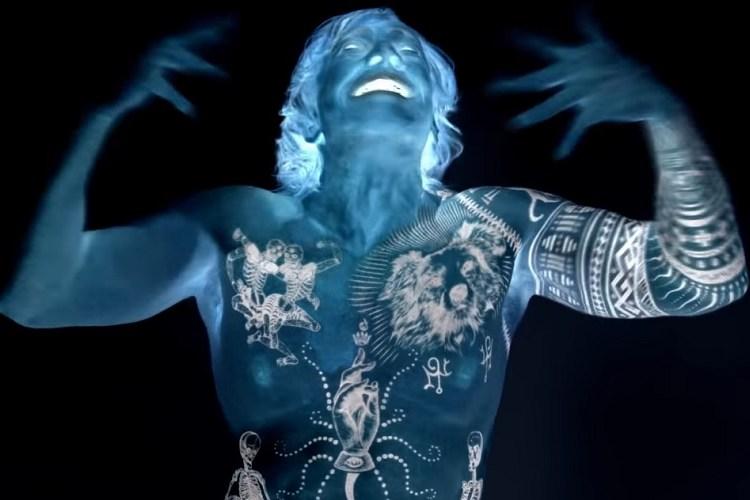 """Danny Elfman más radical que nunca en el epiléptico clip de """"Kick Me"""""""