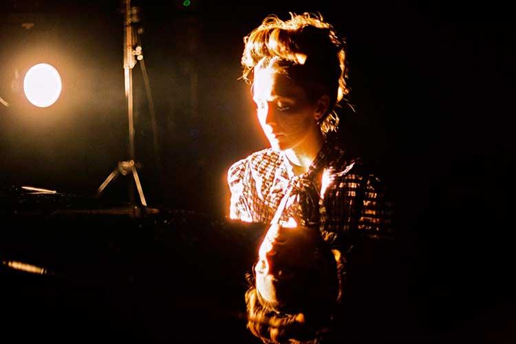"""Núria Graham publica su nuevo y delicado sencillo """"At Last"""""""