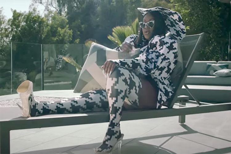 """La rapera CupcakKe demuestra quién manda en el videoclip de """"Mickey"""""""