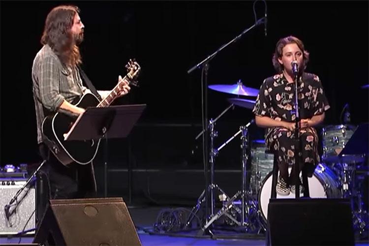 """Dave Grohl y su hija Violet versionan """"Nausea"""", un clásico de la banda punk X"""