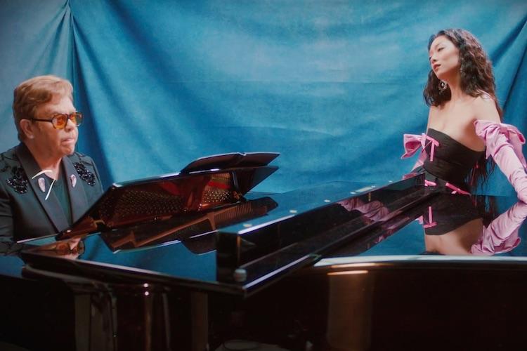 """Elton John y Rina Sawayama juntos en una emocionante """"Chosen Family"""""""