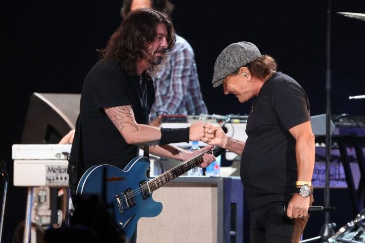 """Foo Fighters y Brian Johnson (AC/DC), juntos en el escenario para """"Back In Black"""""""
