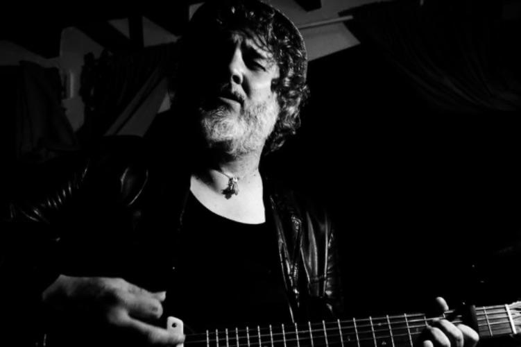 Hugo Toscano, ex guitarrista de Elefantes, emprende proyecto en solitario