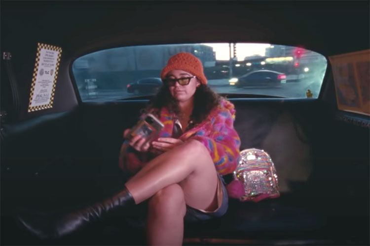 "Rostam invita a sus amistades al clip de ""From The Back Of A Cab"""