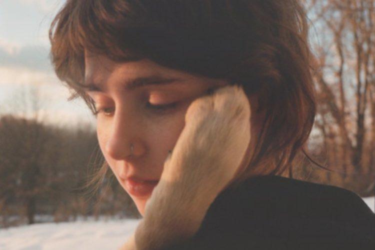 """Clairo comparte el single """"Blouse"""", con colaboración de Lorde"""