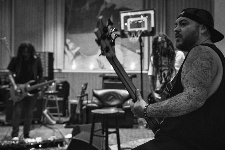 El chileno Ra Diaz (Suicidal Tendencies) es el bajista temporal de Korn