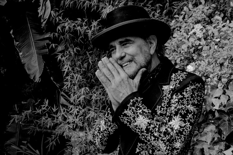 "Daniel Lanois publica ""Torn Again"", con voz de Leonard Cohen"